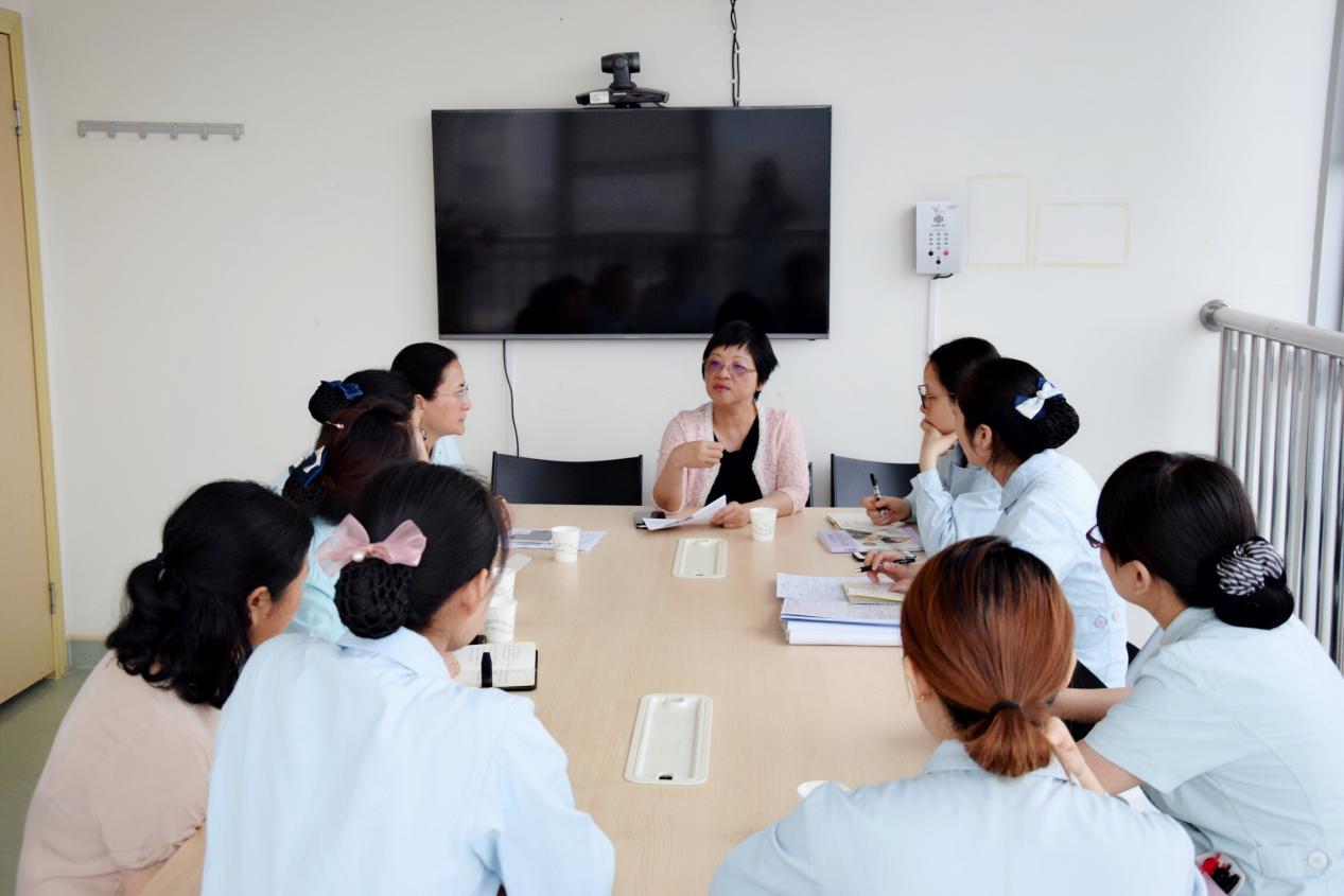 陈艳芬教授与母婴区护士们交流学习.png